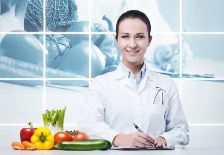 신선한 야채와 의료 처방전 작성 영양사 웃 고