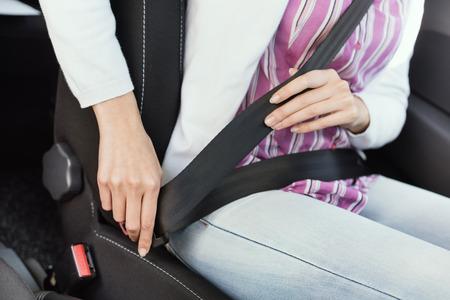 그녀의 차 안에 안전 벨트를 착용 여자 : 안전 및 안전 운전 개념, 손을 가까이 스톡 콘텐츠