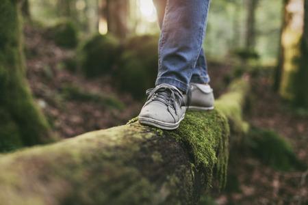 숲에서 로그에 산책 하 고 균형 조정 : 여자 운동, 건강 한 라이프 스타일과 조화 개념
