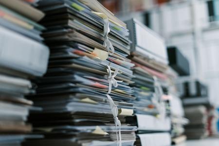 Pilas de documentos y archivos en la oficina: sobrecarga de trabajo, gestión de archivos y concepto de administración Foto de archivo