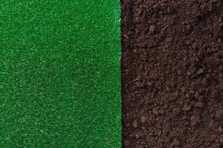 Fruchtbarer Humusboden und Hintergrund des üppigen Grases, Gartenarbeit und Konzept landschaftlich gestaltend
