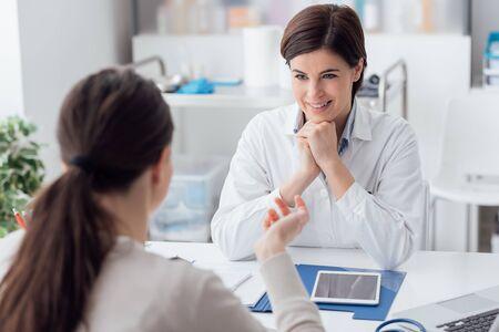 Médico que trabaja en la oficina y escucha al paciente, ella explica sus síntomas, concepto de atención médica y asistencia.