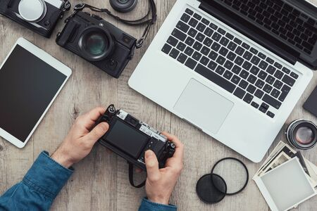 Photographic equipment, cameras, photo album and digital tablet on a vintage desktop Stockfoto - 148583350