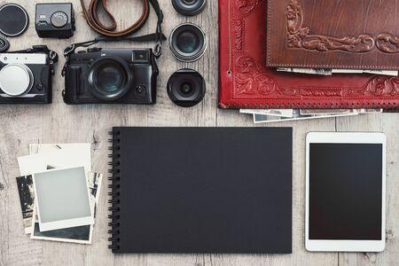Photographic equipment, cameras, photo album and digital tablet on a vintage desktop 版權商用圖片 - 148583349
