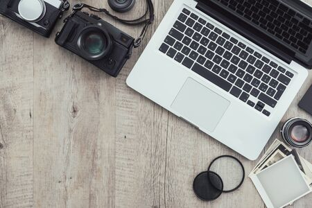Photographic equipment, cameras, photo album and digital tablet on a vintage desktop, technology and creativity concept Stockfoto - 148582547