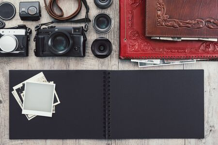 Photographic equipment, cameras, photo album and digital tablet on a vintage desktop, technology and creativity concept Stockfoto - 147807459