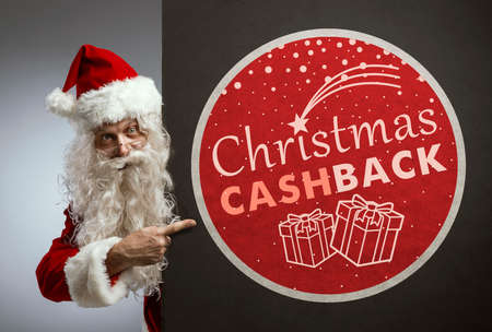 Happy traditional Santa pointing at a Christmas Cashback announcement, Christmas advertisement concept 版權商用圖片 - 160516666