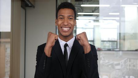 Glücklicher erfolgreicher Geschäftsmann, der die Freude, feiernd ausdrückt Standard-Bild - 89577895