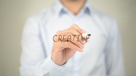 창조적 인 사람, 투명 스크린에 쓰는 사람