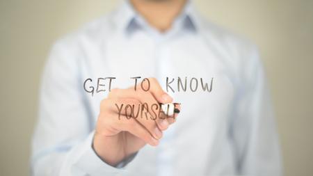 Lernen Sie sich selbst kennen, Man schreibt auf einem transparenten Bildschirm Standard-Bild - 85462383