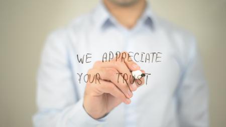 우리는 당신의 신뢰, 투명 스크린에 글쓰기를 좋아합니다. 스톡 콘텐츠