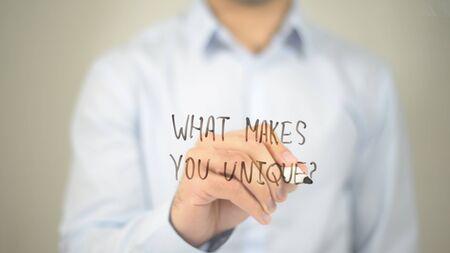ユニークなのは何ですか?透明な画面に書く男
