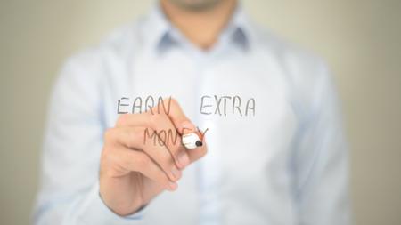Verdien extra geld, man schrijft op transparant scherm Stockfoto