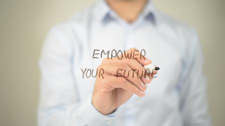 あなたの未来を力づける、透明な画面に書く男