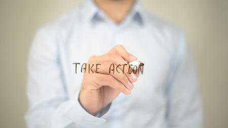 행동을 취하십시오, 사람이 투명한 화면에 글쓰기