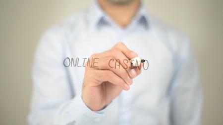 Online Casino, Mannschreiben auf transparentem Bildschirm Standard-Bild - 85462901