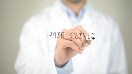 Clínica de pelo , doctor writing en la pantalla transparente Foto de archivo - 85462660