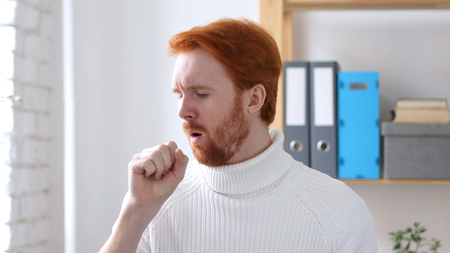 Sick Man with Red Hairs Coughing, Throat Infection Standard-Bild