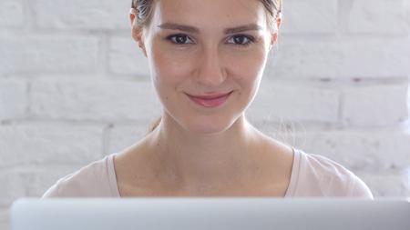 創造的な女性の美しい顔のクローズ アップ