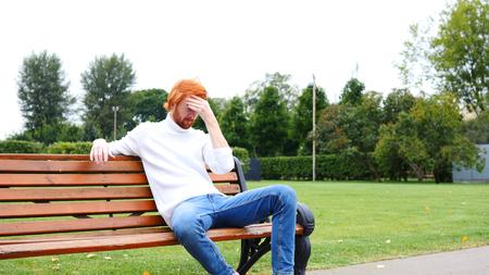 두통, 청년의 화가 제스처, 빨간 머리 및 수염 스톡 콘텐츠