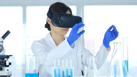 Cientista usando óculos de realidade virtual para pesquisa em laboratório, Vr óculos
