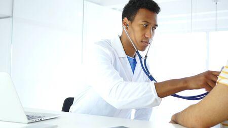 Doktor, der Patienten mit Stethoskop überprüft und Gesundheit überprüft Standard-Bild - 88961322