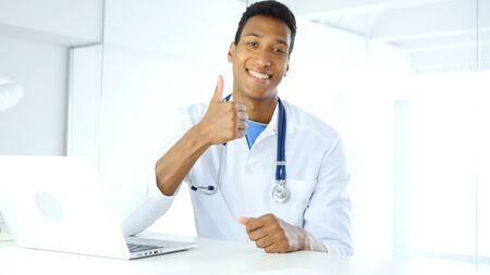 아프리칸 아메리칸 닥터 클리닉의 엄지 손가락