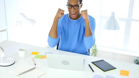興奮のラップトップに取り組んでいる間成功を祝う