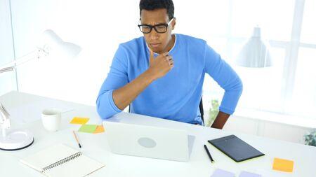 아프리칸 아메리칸 크리에이티브 디자이너는 직장에서의 문제에 대해 생각하고 있습니다. 스톡 콘텐츠