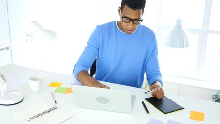 온라인 쇼핑몰에서 바쁜 디자이너, 신용 카드로 지불하는 디자이너