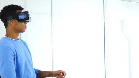 Afro-American Wearing Virtual-Reality-Brille, mit VR Brille Kopfhörer Standard-Bild - 88961357