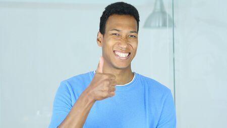 행복한 젊은 아프리카 계 미국인 남자에 의해 위로 엄지
