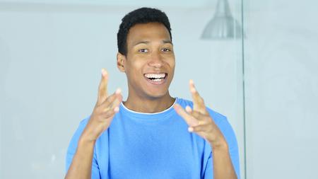 プロジェクトの成功を祝うアフリカ系アメリカ人の男を興奮 写真素材