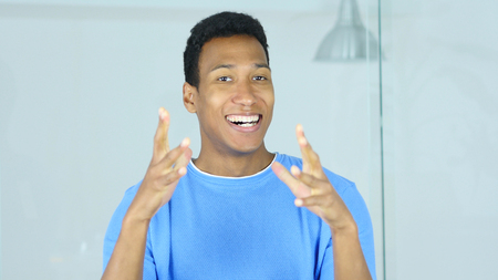 Aufgeregter afroer-amerikanisch Mann, der Erfolg des Projektes feiert Standard-Bild - 88961453