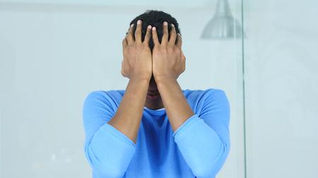 障害、失意のうちにアフリカ系アメリカ人の男は、巨大な損失の後動揺