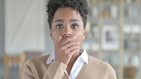 The Portrait of Shocked Young African Girl Wondering in Awe Zdjęcie Seryjne