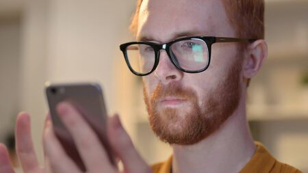 Close up of Young Man using Smartphone with Chroma Screen 免版税图像