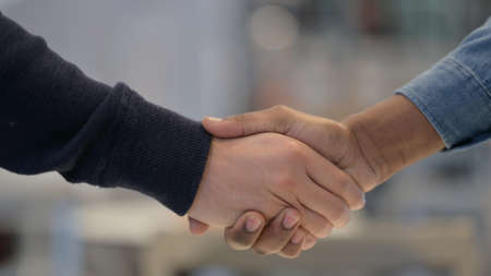 Close Up of African Man and Caucasian Man Shaking Hands Zdjęcie Seryjne