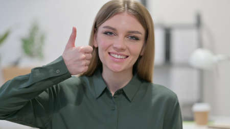 Young Woman showing Thumbs Up Sign 스톡 콘텐츠