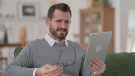 Middle Aged Man Reacting to Loss on Tablet 스톡 콘텐츠