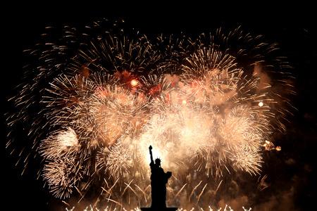 Estatua de silueta de la libertad sobre fondo de fuegos artificiales