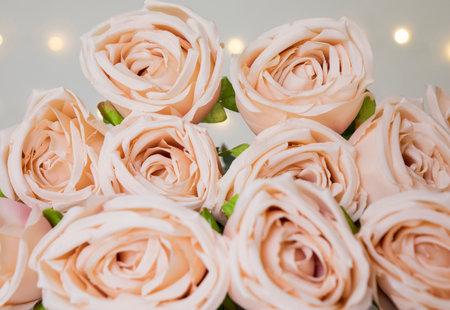 Beige roses bouquet with bokeh lights for romantic valentine concept. Banco de Imagens