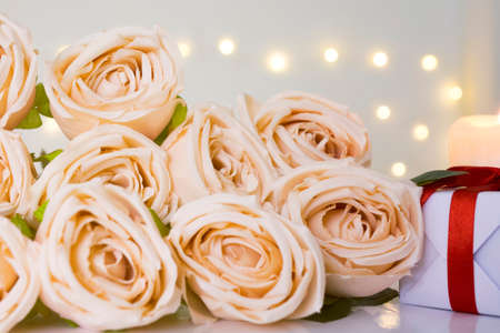 Close up of beige rose bouquet in bokeh light background. Фото со стока