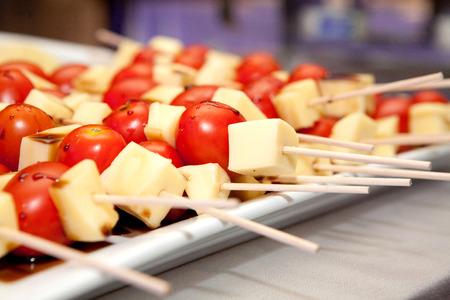 evento social: Un plato de queso y tomate pinchos en una mesa en un evento social Foto de archivo