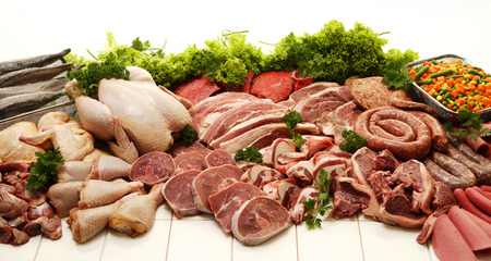 aves de corral: Una muestra de distintos tipos de carnes como pollo, carne, carne de res, pescado, embutidos y boerewors sobre un fondo blanco de estudio