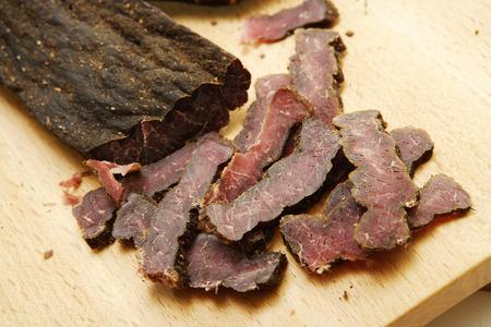 木製のまな板に伝統的な南アフリカ切り干し肉のクローズ アップ