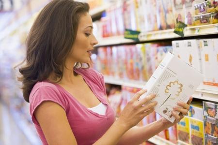 abarrotes: Mujer de compras en el supermercado Foto de archivo