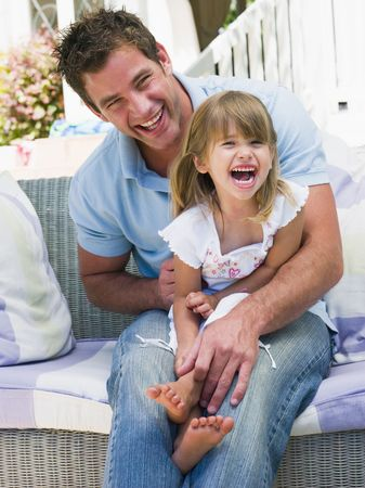 pere et fille: P�re et fille de d�tente dans le jardin