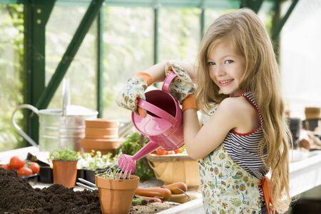 regando plantas: Ni�a regar las plantas en invernadero
