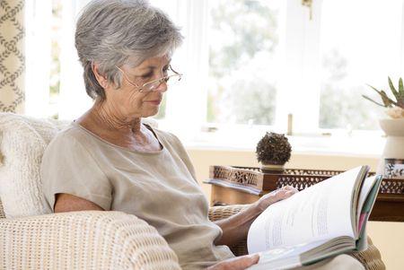 tercera edad: Senior mujer en el hogar libro de lectura